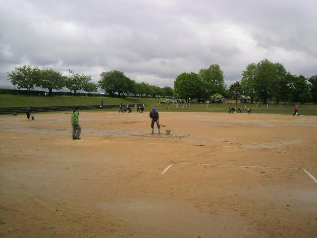 少年野球のグラウンド水とり