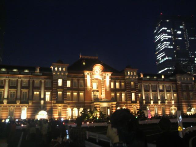 学習会終了。改装なった東京駅のライトアップを見て羽田へ向かいます。